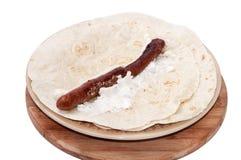 BBQ香肠用在墨西哥玉米粉薄烙饼的希腊白软干酪 免版税库存图片