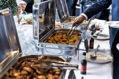 BBQ鸡翼和矿块用辣调味汁在业务会议期间冲击 库存图片