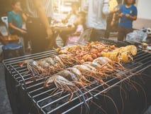 BBQ ευτυχές sty γευμάτων θερινών οικογενειών κόμματος υπαίθριο εκλεκτής ποιότητας στο σπίτι Στοκ εικόνες με δικαίωμα ελεύθερης χρήσης