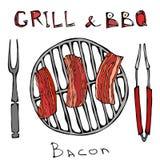 BBQ και σχαρών λογότυπο Τηγανισμένο μπέϊκον σε μια σχάρα σχαρών Ψημένο χοιρινό κρέας Slises Με το δίκρανο και τις λαβίδες καπνισμ απεικόνιση αποθεμάτων