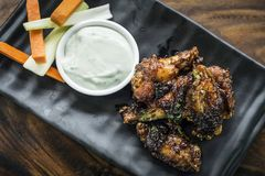 Bbq κοτόπουλο σχαρών με mayo σκόρδου το πρόχειρο φαγητό σάλτσας Στοκ Φωτογραφίες