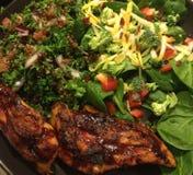 BBQ κοτόπουλο και υγιές γεύμα σαλάτας Στοκ Φωτογραφία