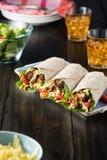 BBQ κοτόπουλο με τα φρέσκα tortilla σαλάτας περικαλύμματα Στοκ εικόνες με δικαίωμα ελεύθερης χρήσης