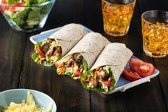 BBQ κοτόπουλο με τα φρέσκα tortilla σαλάτας περικαλύμματα Στοκ Εικόνες