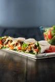 BBQ κοτόπουλο με τα φρέσκα tortilla σαλάτας περικαλύμματα Στοκ εικόνα με δικαίωμα ελεύθερης χρήσης