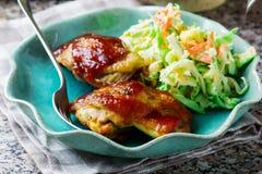 BBQ κοτόπουλο στο μικρόκυμα, με Coleslaw Στοκ Εικόνα