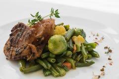 BBQ κρέας με τα λαχανικά σε ένα άσπρο πιάτο Στοκ Φωτογραφία