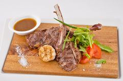 Bbq κρέατος με τα λαχανικά και τη σάλτσα Στοκ εικόνες με δικαίωμα ελεύθερης χρήσης