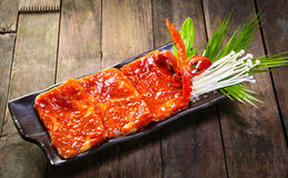 BBQ μελιού χοιρινό κρέας στο ξύλινο υπόβαθρο στοκ εικόνες