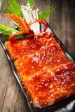 BBQ μελιού χοιρινό κρέας στο ξύλινο υπόβαθρο στοκ φωτογραφίες