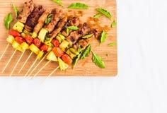 BBQ με το συστατικό στον ξύλινο πίνακα Στοκ Εικόνες