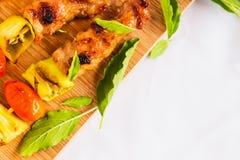 BBQ με το συστατικό στο ξύλινο πιάτο Στοκ Εικόνες