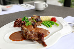 BBQ μπριζόλα Ψημένο στη σχάρα σχάρα κρέας μπριζόλας βόειου κρέατος με τα λαχανικά Στοκ Εικόνα