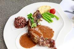 BBQ μπριζόλα Ψημένο στη σχάρα σχάρα κρέας μπριζόλας βόειου κρέατος με τα λαχανικά Στοκ Φωτογραφίες