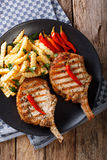 BBQ πικάντικη μπριζόλα χοιρινού κρέατος με το τσίλι και την κινηματογράφηση σε πρώτο πλάνο τηγανητών Κάθετη κορυφή Στοκ Φωτογραφία