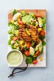 BBQ σαλάτα κοτόπουλου cobb με τη σάλτσα αγροκτημάτων αβοκάντο στοκ εικόνες