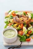 BBQ σαλάτα κοτόπουλου cobb με τη σάλτσα αγροκτημάτων αβοκάντο στοκ εικόνες με δικαίωμα ελεύθερης χρήσης