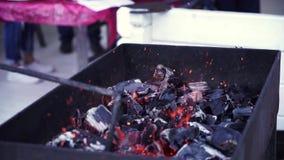 BBQ σχάρα και καμμένος άνθρακες απόθεμα βίντεο