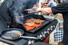 Bbq гриля барбекю на еде мяса сосисок bratwurst стейков гриля газа пропана стоковое изображение rf