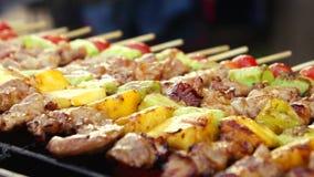 BBQ на горячей плите, жаря барбекю еды видеоматериал
