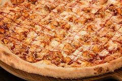 BBQ пиццы, моццарелла, куриная грудка, соус BBQ, копченое Skamortsa, лук Стоковые Фотографии RF