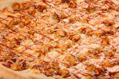 BBQ пиццы, моццарелла, куриная грудка, соус BBQ, копченое Skamortsa, лук Стоковая Фотография