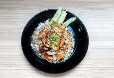 BBQ &烤了在小河米的猪肉与在黑dis的甜来源 免版税库存图片