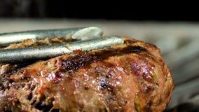 牛肉或猪肉在bbq火火焰格栅准备烤的汉堡包的烤肉汉堡 股票视频