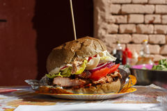 Фаст-фуд улицы, гамбургер с bbq зажарил стейк Стоковые Изображения