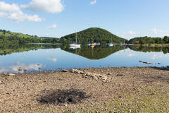 Bbq-Asche durch schönen See auf ruhigem idyllischem Sommermorgen mit Wolkenreflexionen Lizenzfreie Stockfotografie