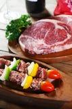 BBQ avec de la viande crue Photos stock