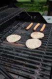 BBQ avec des hamburgers et des hot dogs Photographie stock