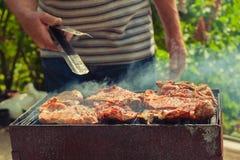 BBQ Close up do piquenique do churrasco do assado no quintal exterior imagem de stock royalty free