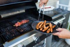 BBQ com salsichas e carne vermelha na grade Imagens de Stock
