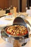 BBQ con la cottura di kebab. griglia del carbone degli spiedi della carne di pollo Fotografie Stock
