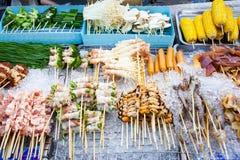 BBQ de fruits de mer de la Thaïlande de nourriture de rue - vue supérieure photos stock