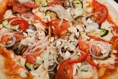 Bbq de la pizza en una placa blanca Imagenes de archivo
