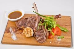 BBQ de viande avec les légumes et la sauce Images libres de droits