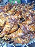 Bbq del pollo entero en parrilla Fotos de archivo