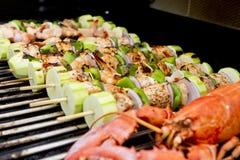 BBQ di color salmone dell'aragosta e degli spiedi Fotografia Stock
