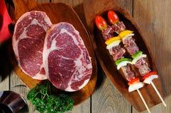 BBQ et viande crue Photo libre de droits