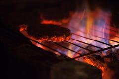 Bbq-Fleisch auf einem Grill Stockfotos