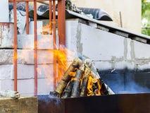 Bbq-galler med glödande kol och ljusa flammor royaltyfria bilder
