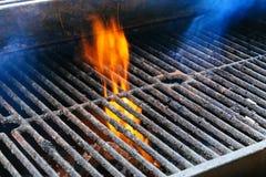 Bbq-galler och glödande kol Du kan se mer BBQ, grillad mat, brand Arkivfoton