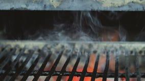 BBQ grill als achtergrond met vlam en rook stock video