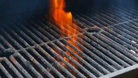 BBQ Grill en gloeiende steenkolen U kunt meer BBQ, geroosterd voedsel, brand zien stock footage