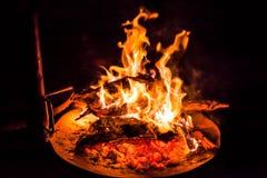 BBQ grill met brand royalty-vrije stock afbeeldingen