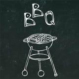 Bbq-Grill und -beschriftung Sommerfest-Ausrüstung Auf einem schwarzen Tafel-Hintergrund Realistischer Gekritzel-Karikatur-Art-Han Stockbild