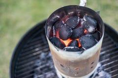 BBQ grillen Pit Glowing And Flaming Hot-Holzkohlen-Brikettkohle Lebensmittel-Hintergrund oder Beschaffenheits-Nahaufnahme-Draufsi Stockbilder