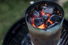 BBQ grillen Pit Glowing And Flaming Hot-Holzkohlen-Brikettkohle Lebensmittel-Hintergrund oder Beschaffenheits-Nahaufnahme-Draufsi Lizenzfreie Stockfotos